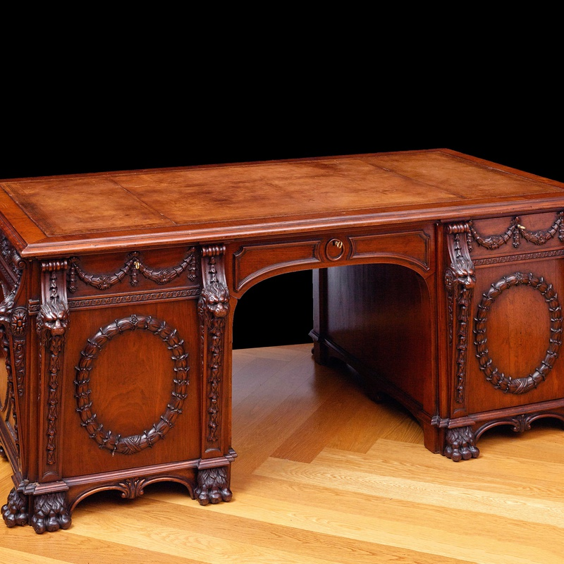Thomas Chippendale (after) - A early 20th Century partners'pedestal desk after a design by Thomas Chippendale